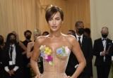 Ирина Шейк на Met Gala удивляла прозрачным платьем и короткой стрижкой
