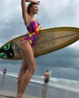 Оля Полякова захотела освоить серфинг